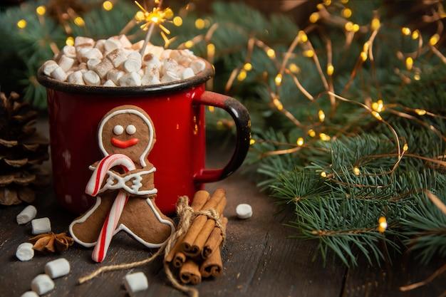 Cacao o chocolate caliente con malvaviscos en la mesa rústica.