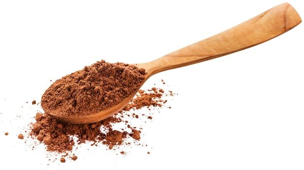Cacao en polvo en cuchara aislado en blanco