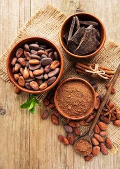 Cacao en polvo natural, chocolate y granos de cacao.