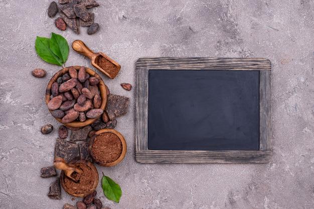 Cacao en polvo natural, granos de cacao y chocolate.