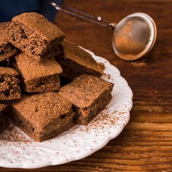 Cacao en polvo sobre brownies de chocolate