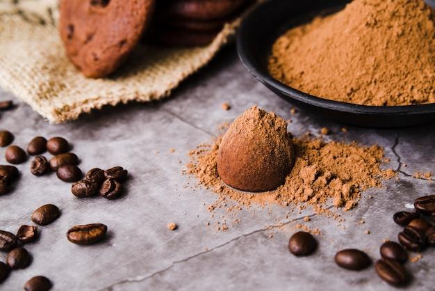 Cacao en polvo sobre la trufa de chocolate