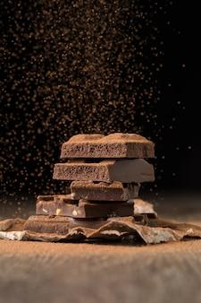 Cacao rociado de chocolate en la mesa