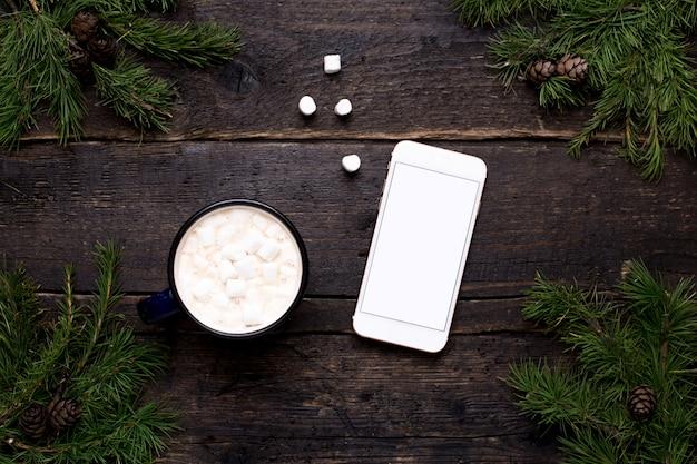 Cacao con teléfono móvil sobre madera.
