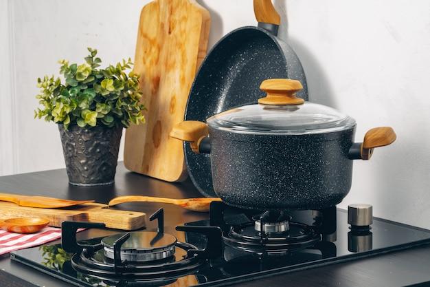 Cacerola limpia en una estufa de gas en la cocina