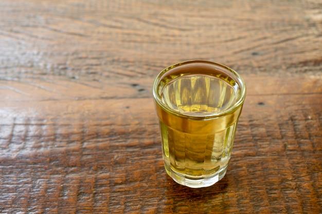 Cachaa, una bebida típica de caña de azúcar brasileña. brandy, gotea.