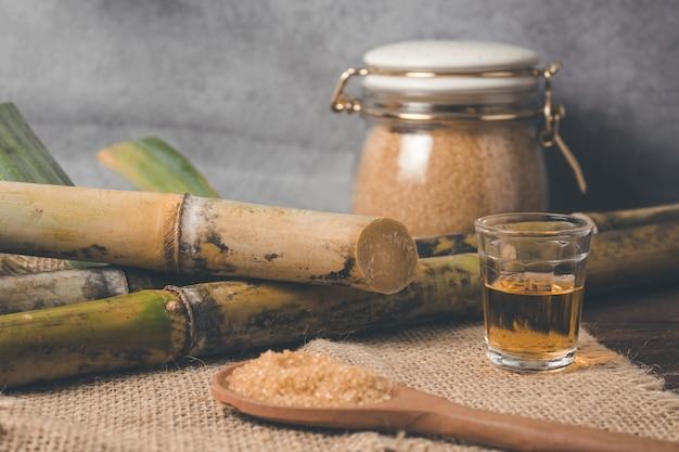 Cachaca es el nombre de una bebida alcohólica típica producida en brasil elaborada con caña de azúcar. bebida tradicional de brasil en mesa de madera