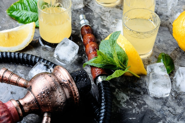 Cachimba y alcohol limoncello.