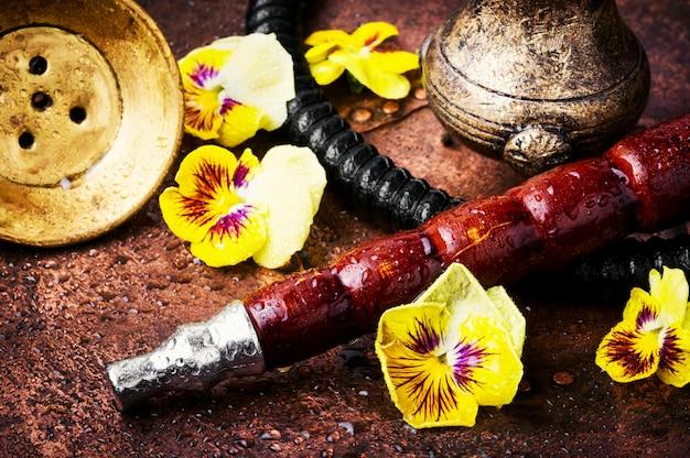 Cachimba asiática de tabaco con aroma a flores.