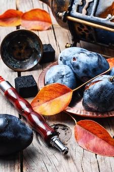 Cachimba y ciruela de otoño.