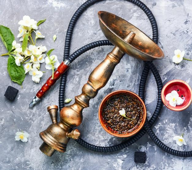 Cachimba de tabaco oriental con aroma a jazmín floral.