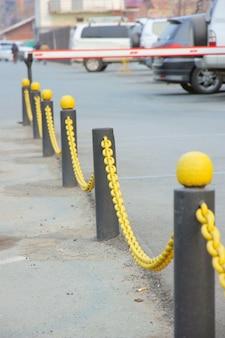 Cadena amarilla de un obstáculo en columnas al lado
