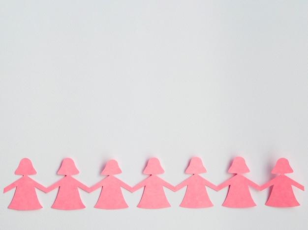 Cadena de chicas de papel sobre fondo blanco.