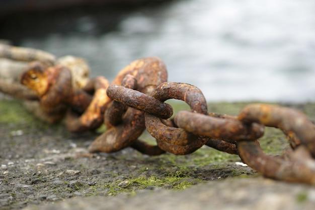 Cadena oxidada sobre el suelo