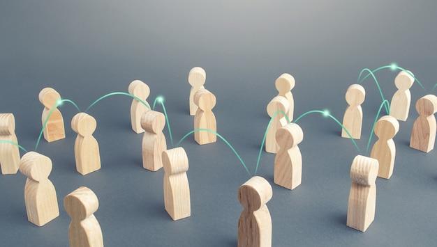 Una cadena de personas conectadas por líneas en una multitud transmisión de información de noticias y difusión de rumores