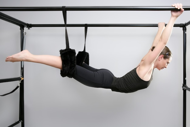 Cadillac pilates deporte mujer gimnasio instructor fitness