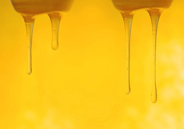 Cae el flujo de miel. dulce flor de ámbar fluye miel.