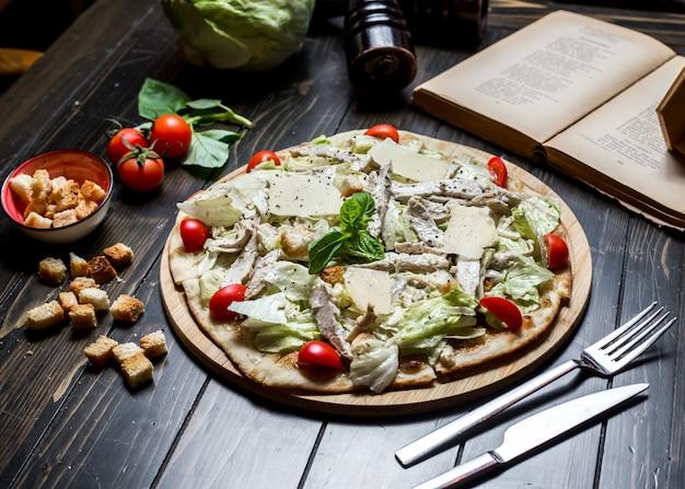 Caezar pizza pollo tomate parmesano galletas albahaca vista lateral