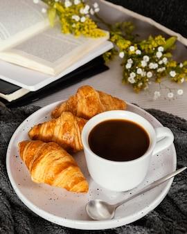 Café de alto ángulo y croissants para el desayuno.