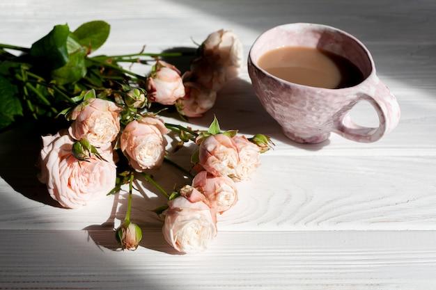 Café de alto ángulo con flores.