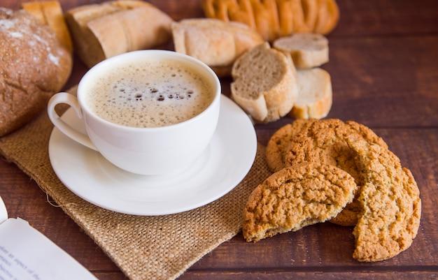 Café con alto ángulo de galletas.