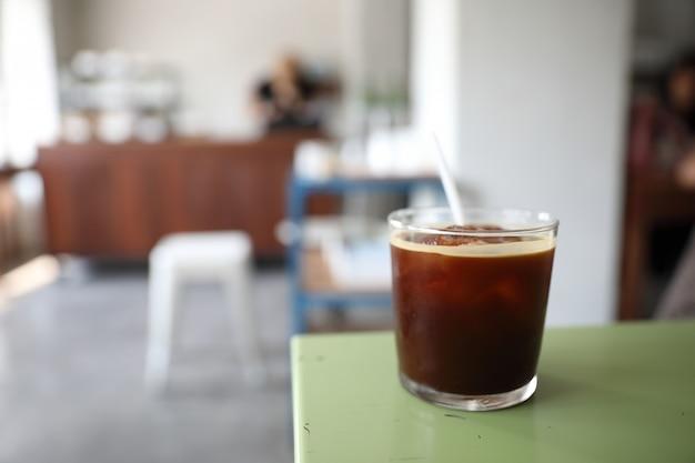 Café americano con hielo en la cafetería.