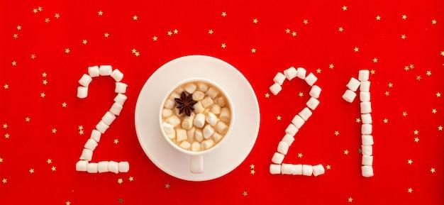 Café de año nuevo una taza de café o cacao y una figura