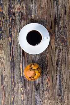Café aromático con delicioso aroma a café y bollería de harina de trigo
