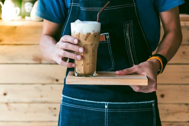 El café barista hace café fresco, sirve a los clientes en las cafeterías.