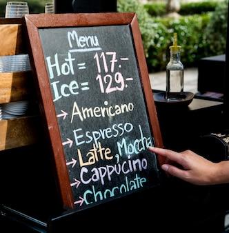 Café café bebidas menú de bebidas en el tablero de tiza