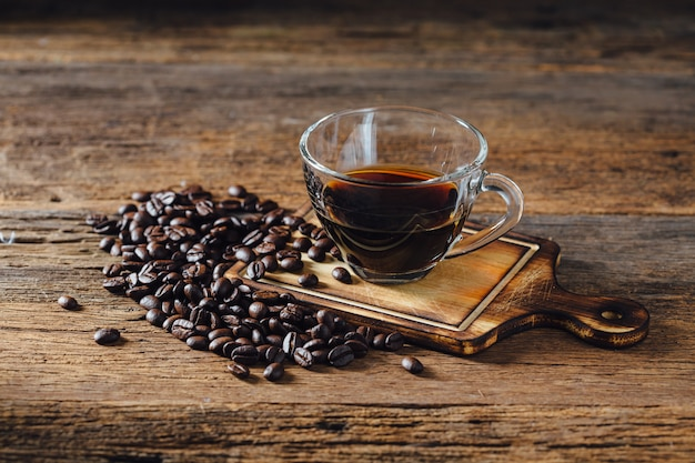 Café y café en grano en mesa de madera