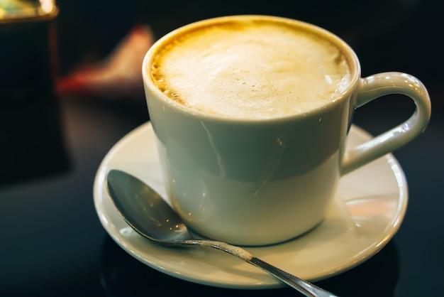 Café caliente capuchino en cafetería