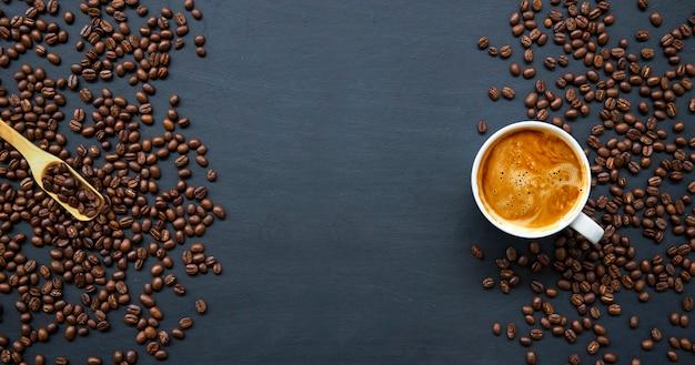 Café caliente y frijoles en la mesa de madera