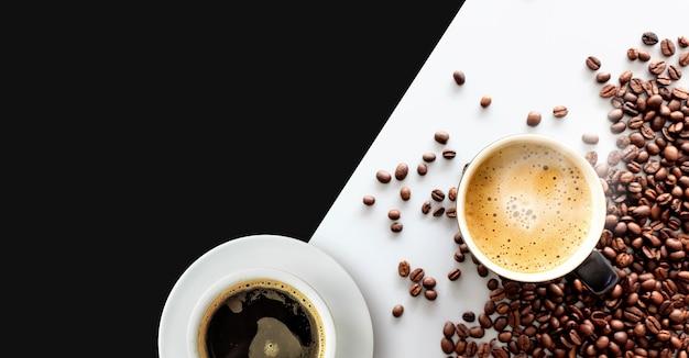 Café caliente en grano y café en mesa blanca