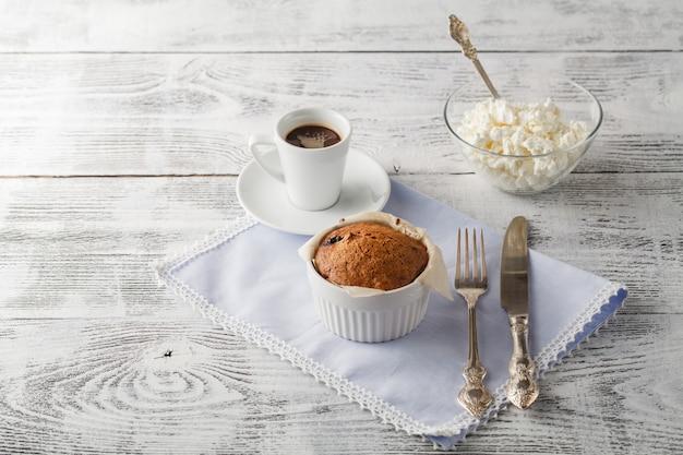 Café caliente y magdalenas