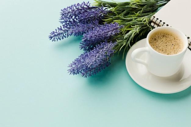 Café caliente de la mañana con flores de lavanda