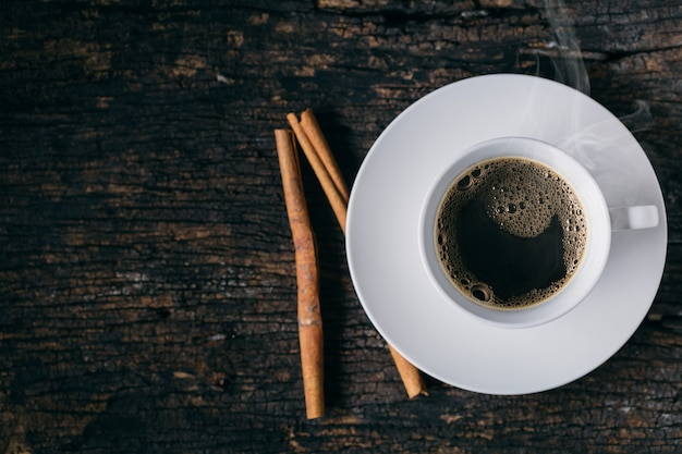 Café caliente, taza de café espresso, café canela en mesa de madera