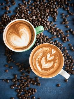 Café caliente en una taza con leche de espuma.
