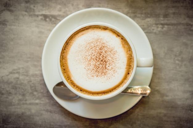 Café caliente y té caliente colocados en la mesa de mármol temprano en la mañana.