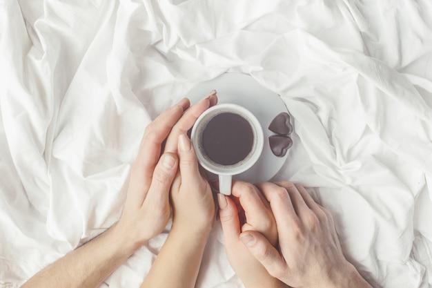 Café en la cama. enfoque selectivo me encanta beber.