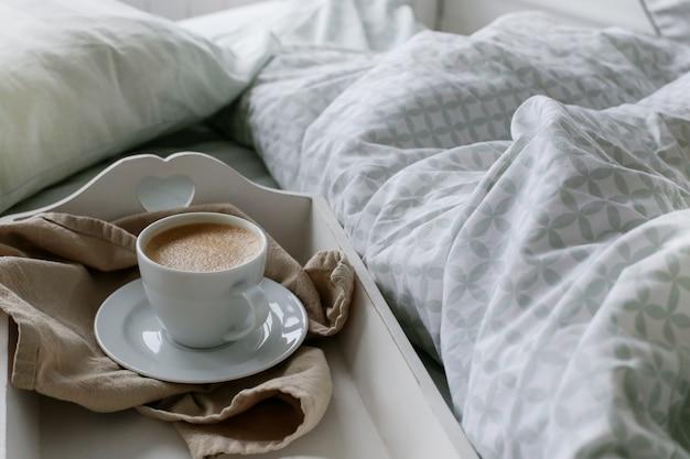 Café en la cama por la mañana