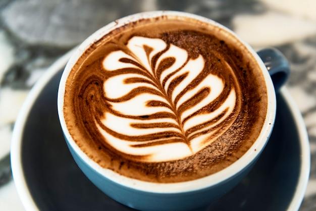 Café capuchino con arte latte de árbol