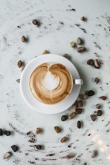 Café capuchino leche espuma frijoles vista superior