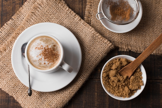 Café capuchino sobre paños de arpillera