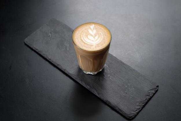Café capuchino en el tablero negro