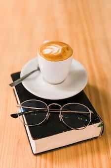 Café con leche y gafas sobre el libro