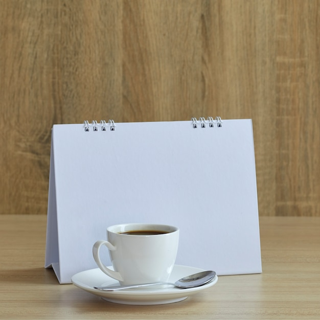 Café concepto de vacaciones y calendario vacío