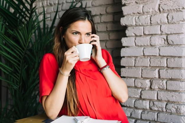Café de consumición de la mujer hermosa
