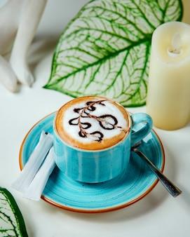 Café con crema batida y dibujo de chocolate
