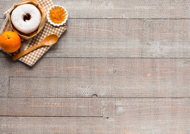 Café y croissant para desayuno vista superior